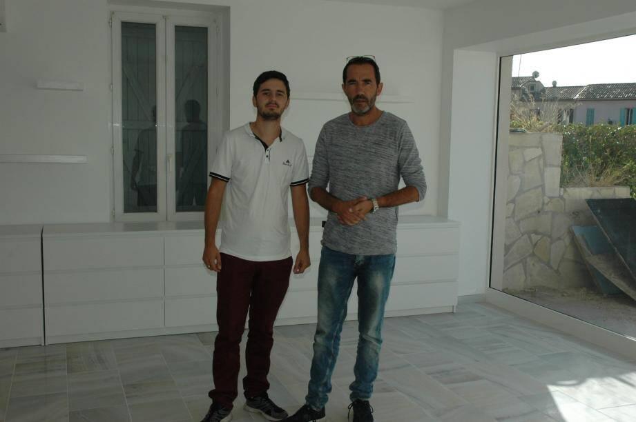 Emmanuel Quemeneur et son fils, l'un de ses assistants dans le magasin «Bien être matériel Provence».