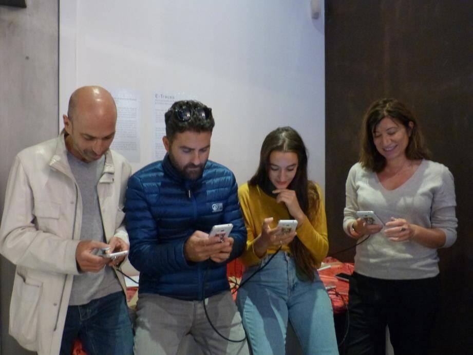 Richard Dubelki, Fehmi Karaarslan et Estelle Meyer, les acteurs d'e.passeur.com, et l'actrice et metteur en scène Sedef Ecer dans son expo : une invitation à fouiller dans les portables !