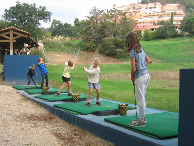 Les écoliers se sont testés aux swings au golf de Sainte-Maxime.