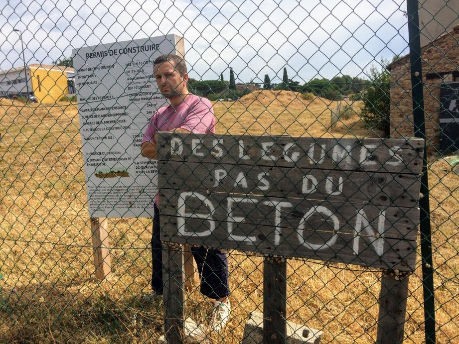 Fin juillet, sur le terrain de Mauveou occupé sans droit ni titre, David Ferri, président des Maquisards de la solidarité verte, prônait le « dialogue et l'apaisement ».