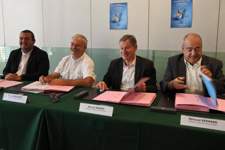 De gauche à droite : Anthony Civettini, élu seynois et nouveau président de la Semop, le maire Marc Vuillemot, le directeur régional de Suez Hervé Madiec et Renaud Bernard, directeur de la Semop.