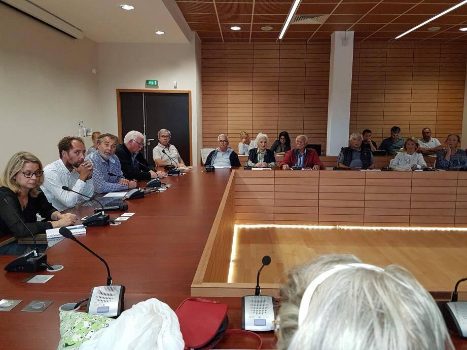 Le maire Philippe Leonelli et les élus face à un public nombreux et participatif.  (M. N.)