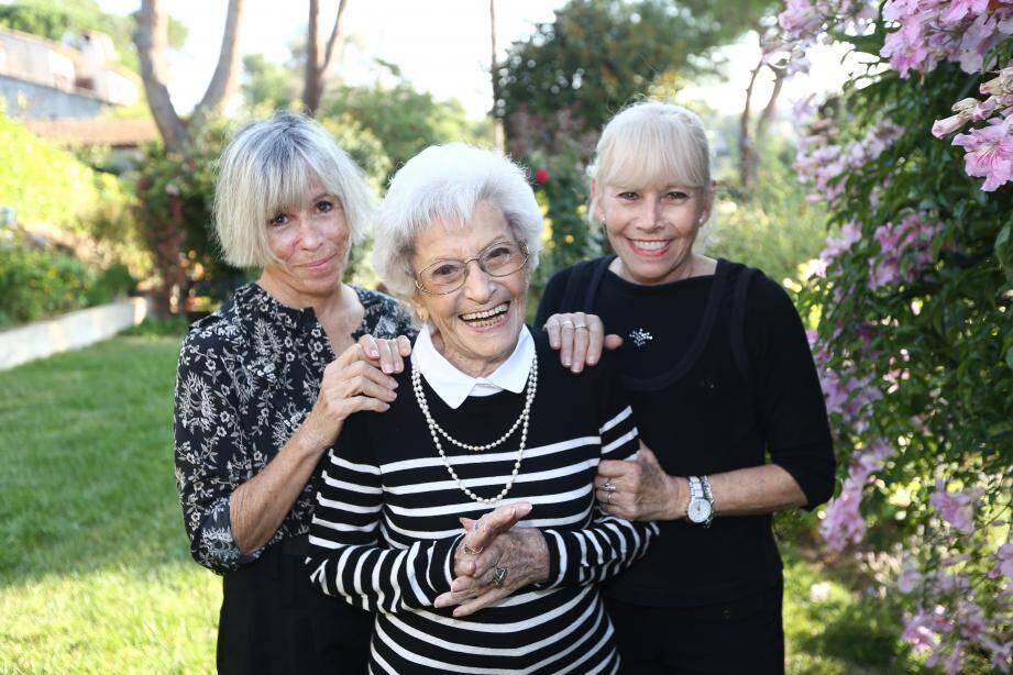 Angèle Perrin entourée par ses filles Micke et Éliane.