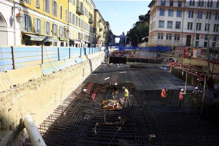 Le chantier de la rue Ségurane, hier. « Notre seconde ligne de tramway reliera bien le Port à l'aéroport en 26 minutes dès septembre 2019», a affirmé Christian Estrosi.