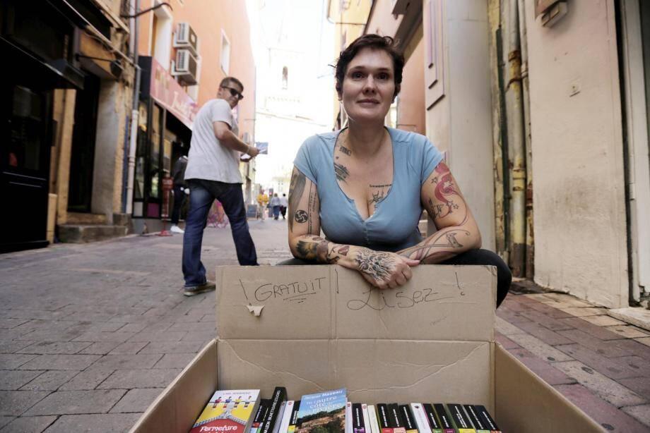 En 48 heures, Céline Mori a offert cinq cents livres aux passants.