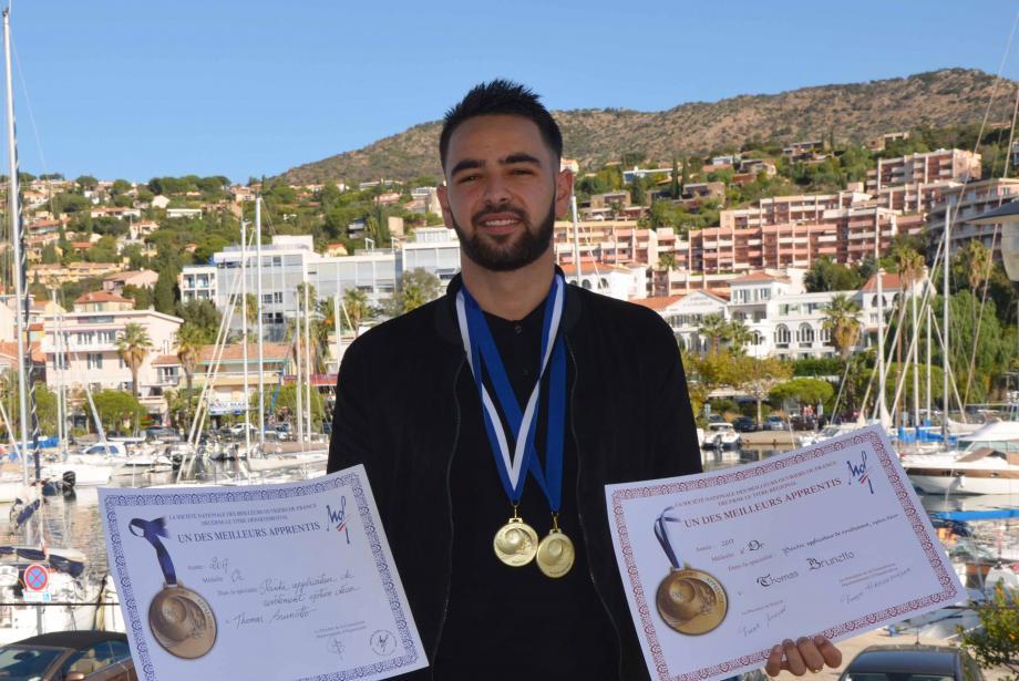 Thomas Brunetto heureux de présenter ses médailles d'or déjà obtenues.