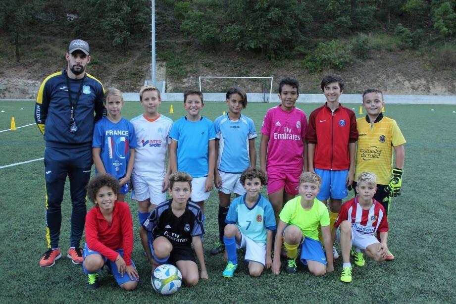 Les U13 avec le coach Mickaël Bertrand.