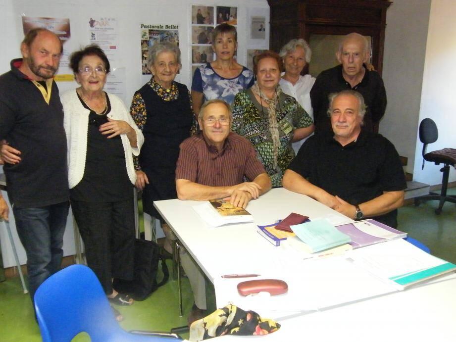 Assis au centre, le professeur Guy Revest transmet sa passion pour la culture provençale.