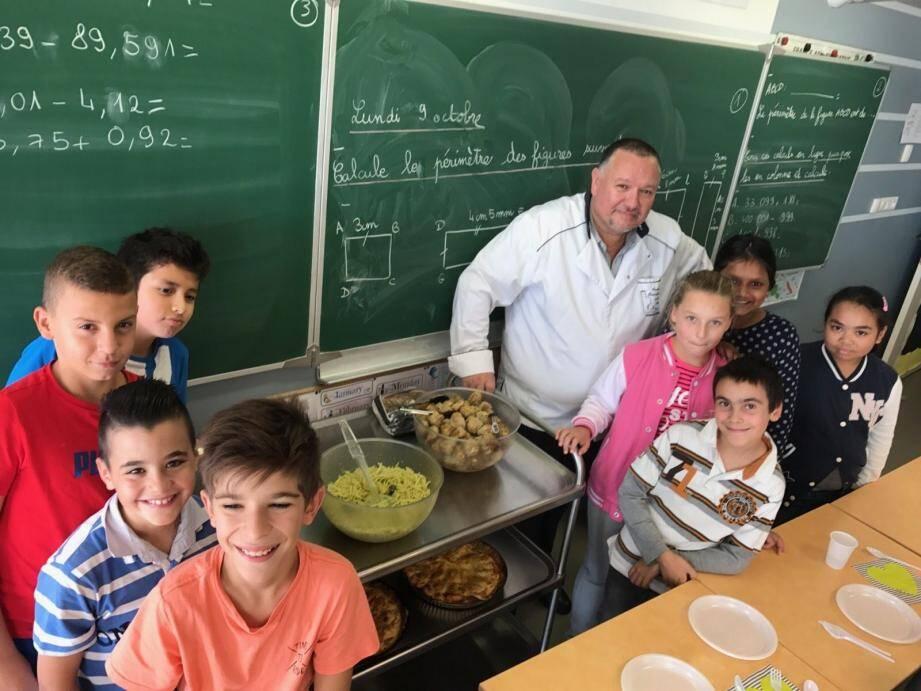 Jacques Voyes, entouré des jeunes apprentis cuisiniers très motivés.