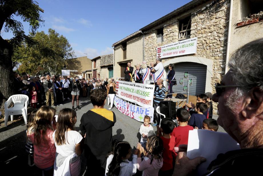 Élus et Régussois se sont rassemblés devant le local destiné à accueillir la future pharmacie.