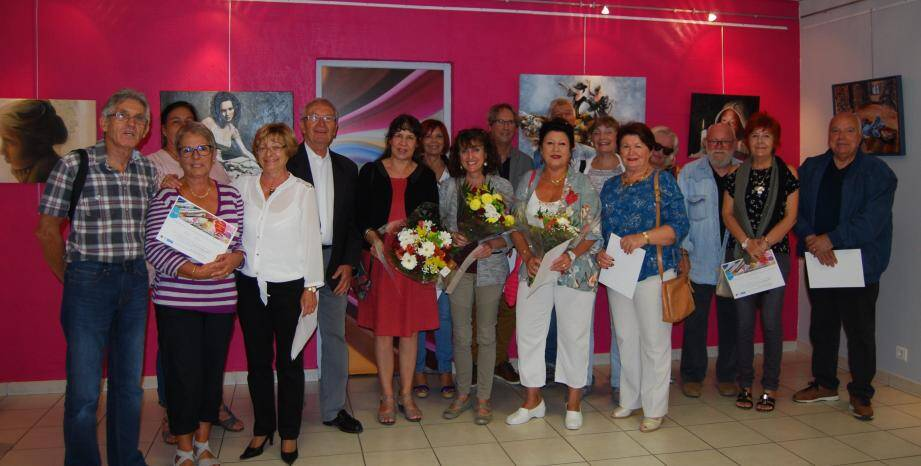 De g. à d. sur la photo : Michel Garcia, adjoint, Ilda Ducreux, Eliette Revest, Gilbert Perugini, les trois lauréates : 1ère Geneviève Durval, 2è Henriette Malbranque, 3è Maryse Lorek, et les autres participants.