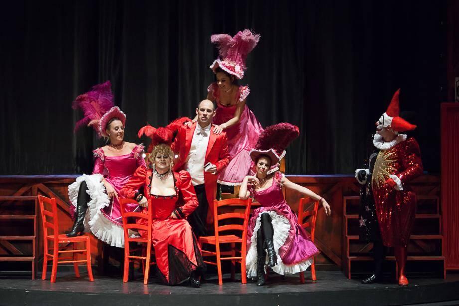 Scène de cabaret avec Pierre-André Weitz en clown et Olivier Py en actrice vieillissante.