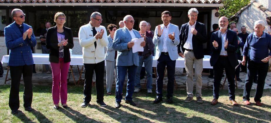 Le maire, Gaby Magne, applaudi par ses pairs et le père Mariusz.