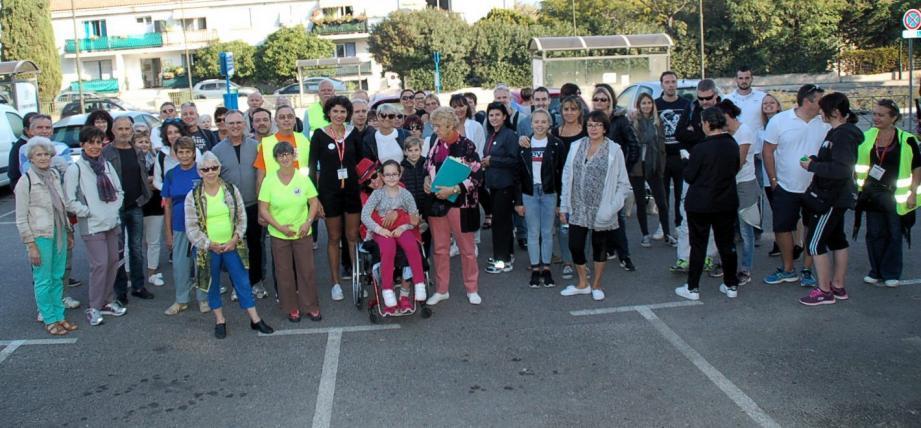 Les participants  (plus de 500) se sont élancés sur les chemins vicinaux dans le sillage de Lucie (premier plan) et sous la houlette  des animateurs d'Ebro.