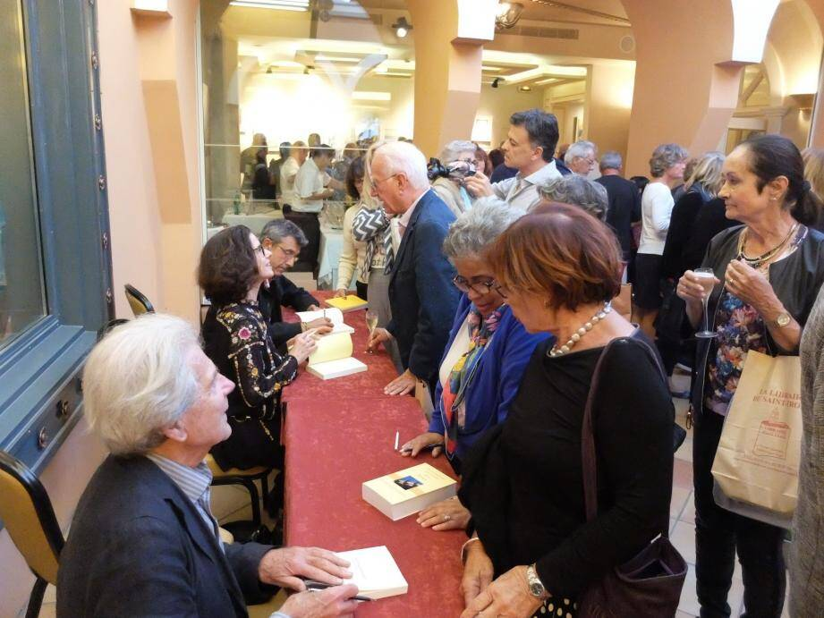 Séance de dédicace pour l'académicien Dominique Fernandez, Elisabeth Barillé et Christian Garcin (de gauche à droite).