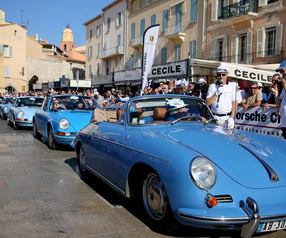 Les Porsche bleues avaient la vedette hier.