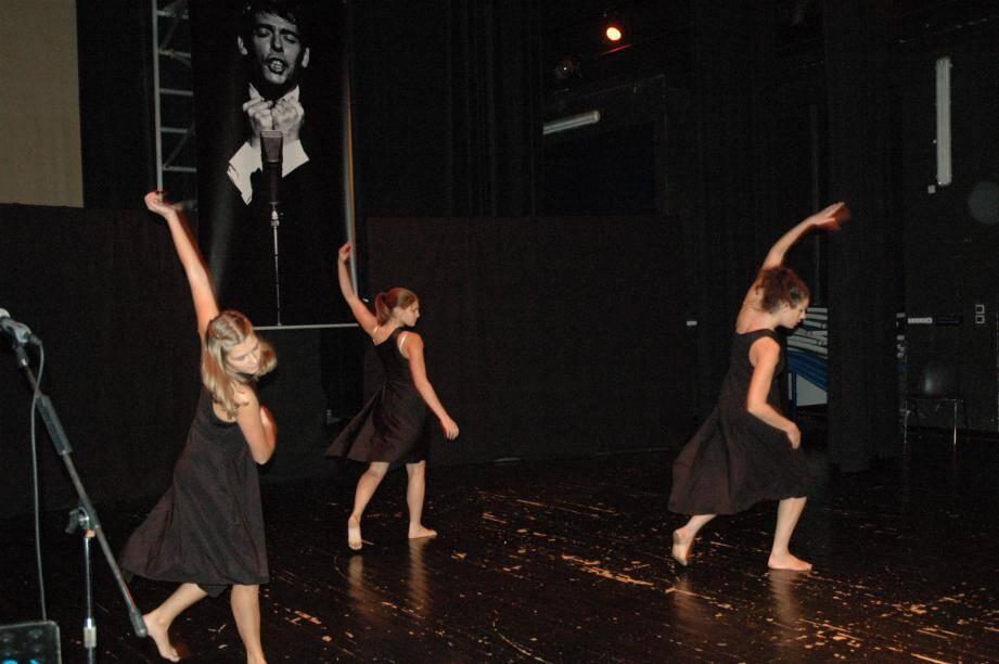 Les danseurs de la troupe l'Art à L'Ame, évoluant sur le texte et la musique de Jacques Brel sur le port d'Amsterdam.