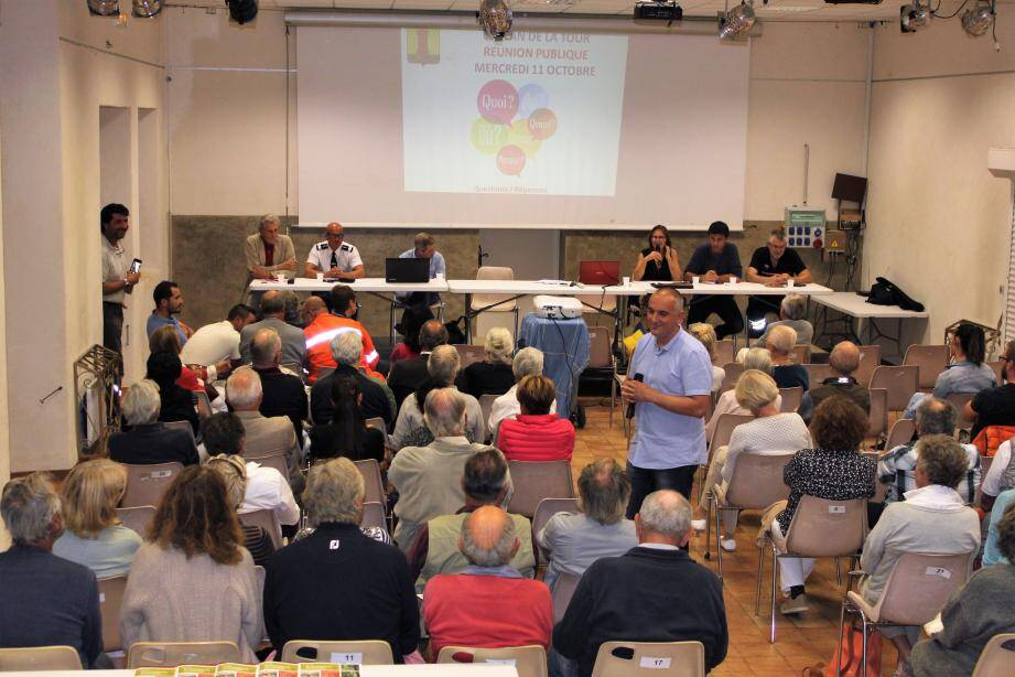 De gauche à droite : Jean Weber (Apifovar), le Commandant de Gendarmerie de Ste-Maxime, M. Joliclercq (vérificateur OLD), Florence Lanliard (maire), Jean-Louis Bee (intercommunalité), Daniel Manencq (pompiers) et Grégory Cornillac des CCFF (debout au micro) ont répondu aux questions d'un public très nombreux.