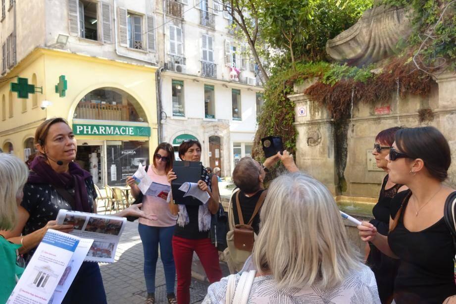 L'architecte Delphine Duforest-Ratier a fait découvrir aux promeneurs les curiosités historiques et architecturales de la ville dont, notamment, la fontaine d'inspiration baroque de la place Puget.