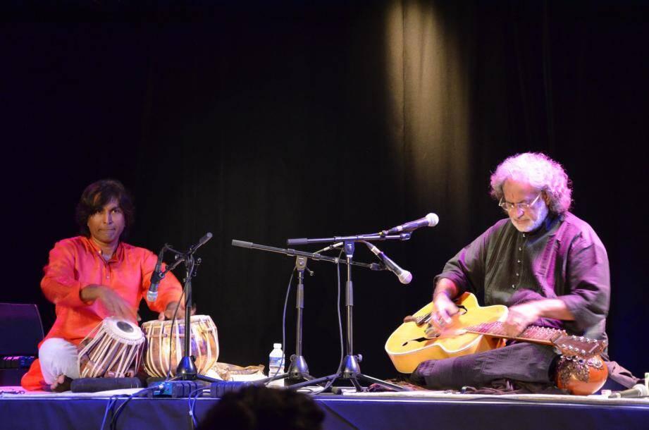 Musicien, créateur de son instrument de musique, Vishwa Mohan Bhatt, accompagné de Nihar Mehta au tabla, chantait également sur scène. Une brillante performance.