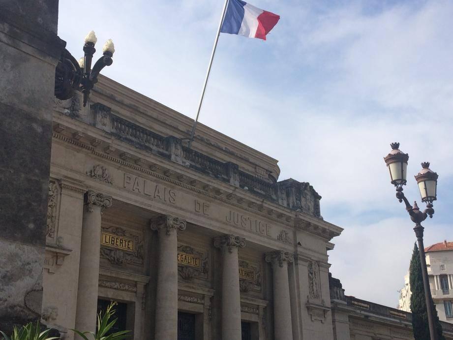 Les trois hommes ont été condamnés devant le tribunal correctionnel de Toulon pour vol en réunion et en récidive commis mercredi, à La Seyne.