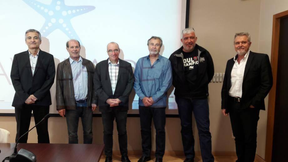 Le maire Philippe Leonelli entourés d'agents d'Enedis, de collaborateurs et de commerçants. En bas : la société Enedis intervient aussi pour poser des groupes électrogènes en cas de panne.