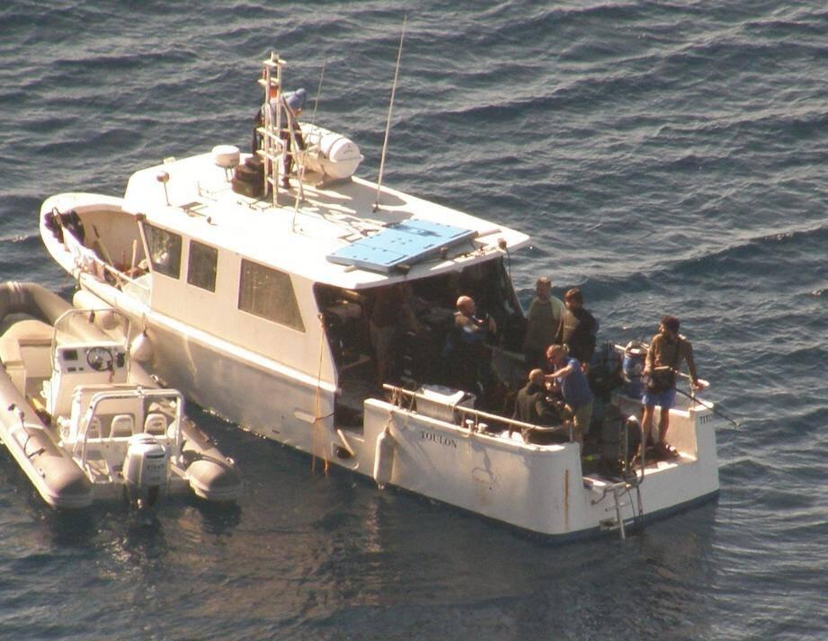Sur le navire de pêche Titof affrété par la production, préparation du tournage de scènes sous-marines.