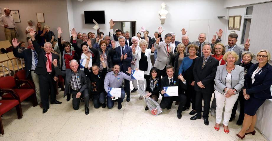 Les douze médaillés en compagnie du maire, d'élus municipaux et de res ponsables sportifs