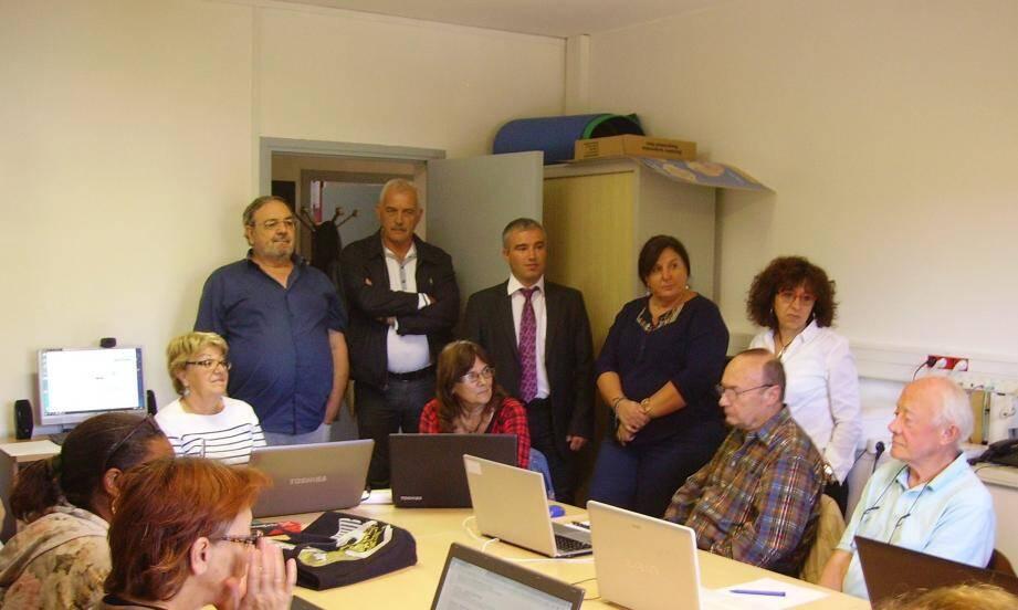 Accueilli par les responsables de la structure, le sous-préfet Christophe Duverne a visité la MSAP, en compagnie de Serge Prato, résident de la communauté des communes Alpes Provence Verdon. (DR)