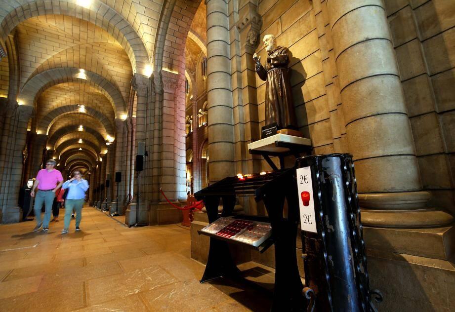145 000 euros en 2015, 136 000 euros en 2016 : ce sont les sommes qui ont été récoltées par la paroisse. L'argent sert d'une part à verser les salaires du sacristain et des gardiens, d'autre part à acheter les bougies, livres et autres petits matériels.