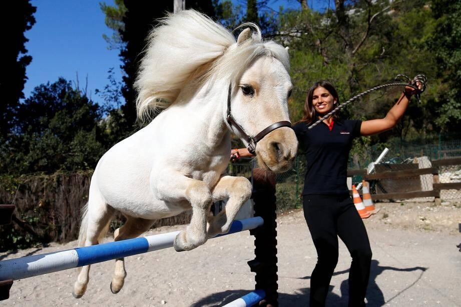 Marlène, la fille de Célia, l'aide à l'élevage est le dressage des chevaux.