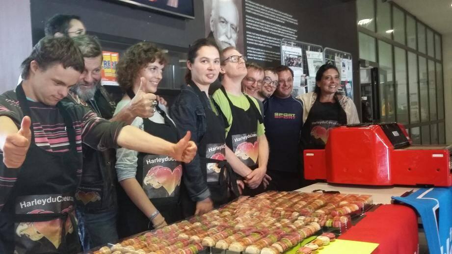 Toute l'équipe de l'opération «Cuisine main dans la main» a pu présenter et vendre ses créations pour la bonne cause, avec joie, gourmandise et une fierté justifiée.