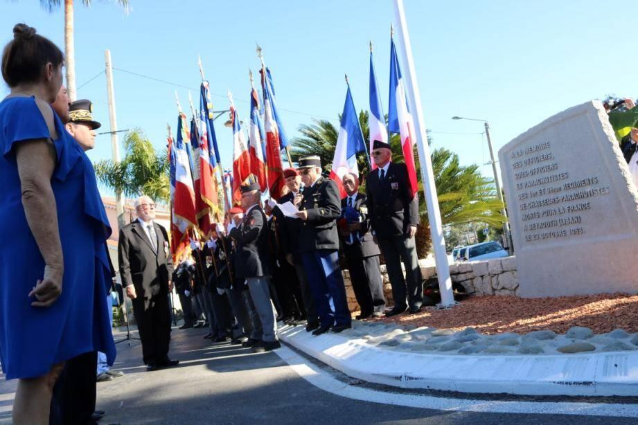 Dévoilée puis bénite par l'aumônier de la gendarmerie nationale, la stèle en mémoire des victimes de l'attentat du Drakkar a été inaugurée hier à Villeneuve-Loubet.