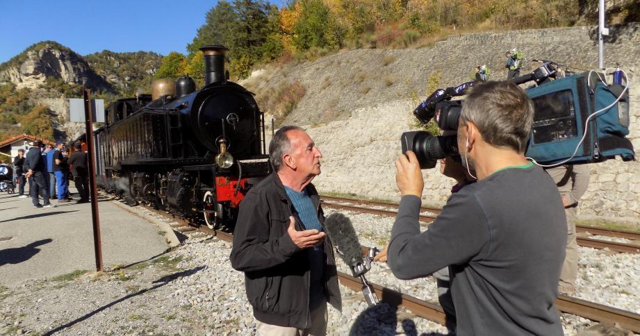 Jean Ballester, le maire, a répondu aux questions des équipes du JT de France 2, devant la locomotive datant de 1909.
