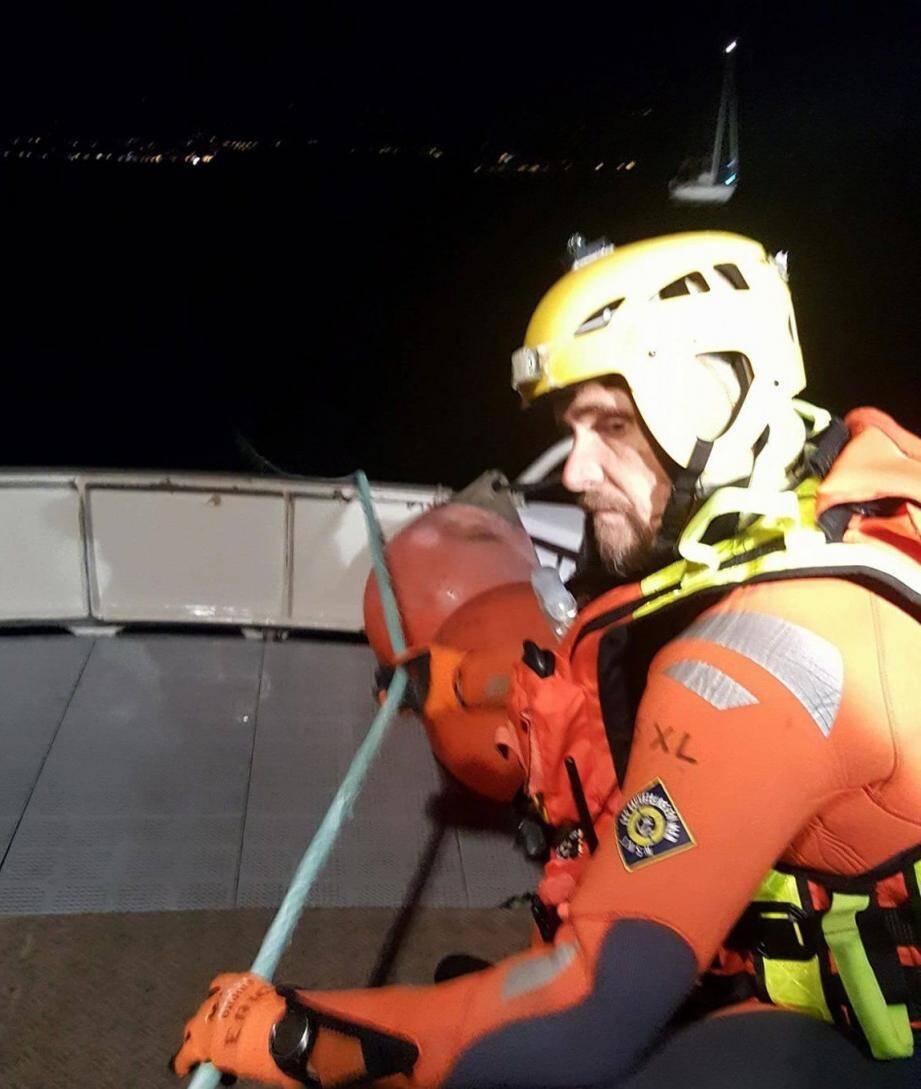 Le passage de la remorque est un exercice toujours délicat pour les sauveteurs. Au 2e plan, le voilier en détresse.