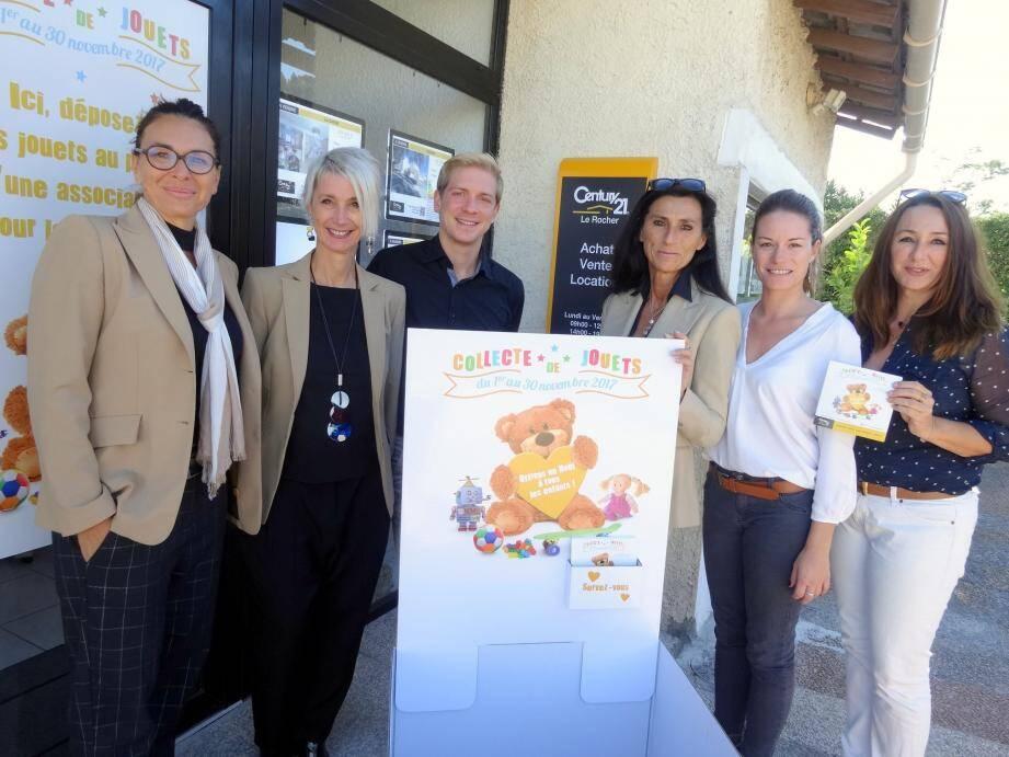 Olga Passerel, directrice de l'agence Century 21, et son équipe composée de Nathalie Fouilly, Anthony Pontarollo, Maryvonne Stagé, Frédérique Cardot et Isabelle Cavallera (de gauche à droite).
