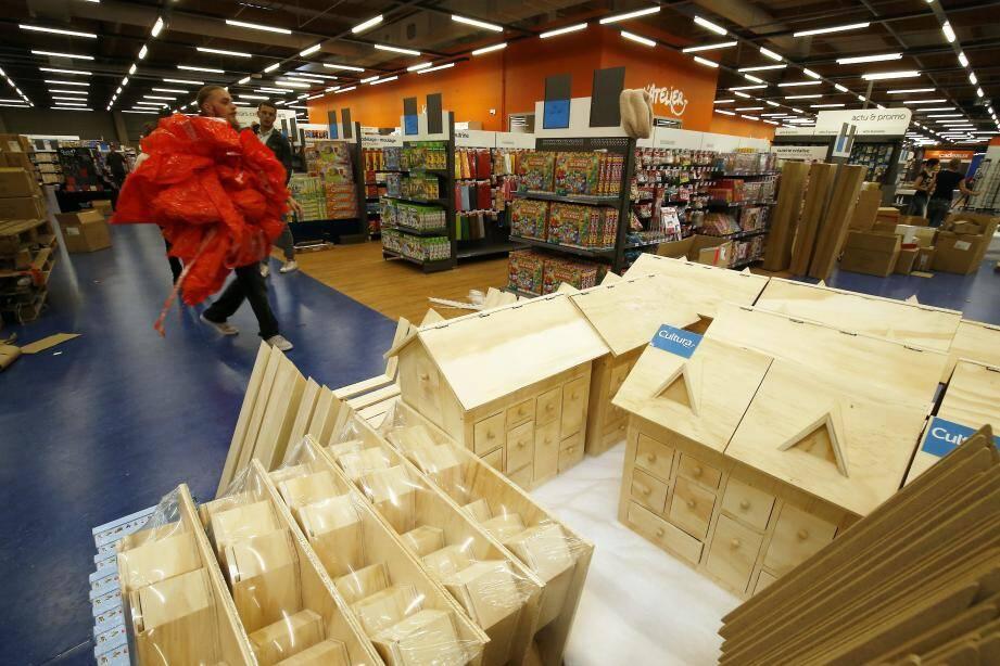 À quelques semaines de Noël, les chalets de bois sont déjà prêts. Un rayon bien-être (en haut à droite), un autre pour acheter sa batterie (en bas à droite), Cultura est un magasin très complet.