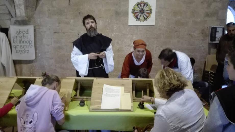 Frère Jean a apporté son aide aux enfants pour résoudre les énigmes.