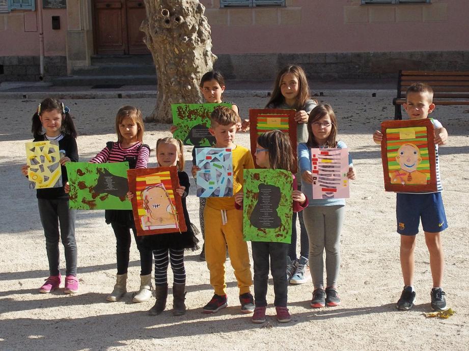 Les enfants sont fiers de vous montrer leur travail dans une exposition qui s'affiche dans toute la mairie de Moulinet. (DR)