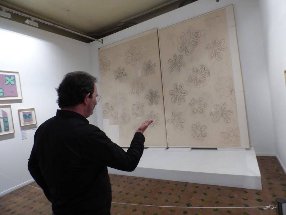 Jean Iborra, directeur de la régie culturelle vençoise, montre les deux panneaux descendus de la cimaise il y a 72 heures.