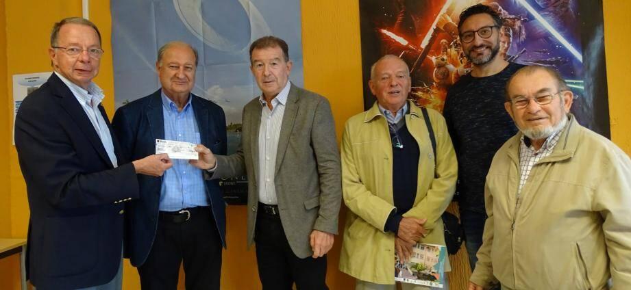 Les membres des Lions du district ont remis un chèque au président de l'association, Claude Fournet.