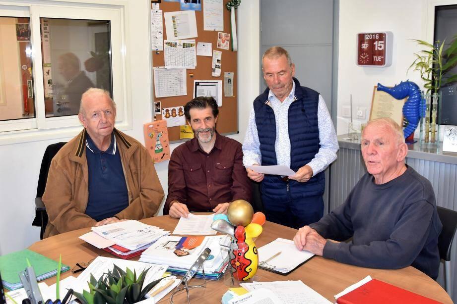 Le Bureau est déjà au travail : (de gauche à droite) Bernard Denys (secrétaire), Stéphane Barret (trésorier), Claude Bergon (président) et Richard Vasseur (vice-président).