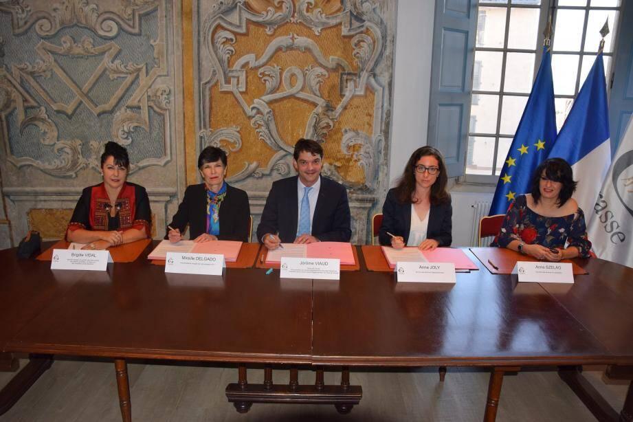 De gauche à droite : Brigitte Vidal, adjointe au maire ; Mireille Delgado, vice-présidente du tribunal d'instance ; le maire Jérôme Viaud ; Anne Joly, secrétaire des archives départementales, et Anne Szelag, directrice des services à la population.