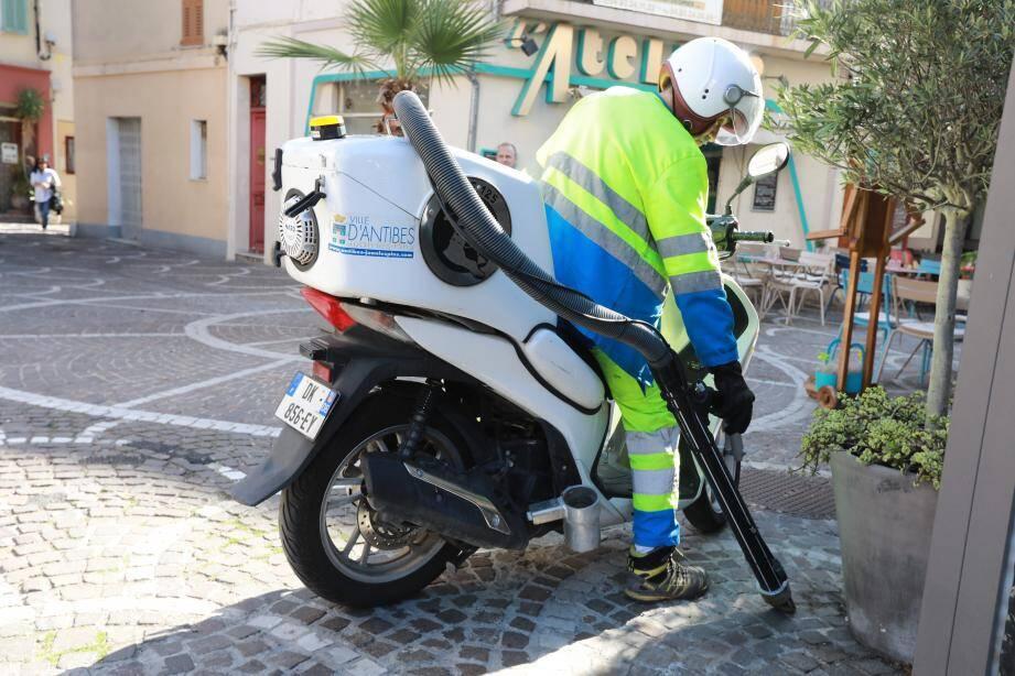 Tous les matins jusqu'à 12h30, une motocrote sillonne la vieille ville pour «aspirer» les excréments laissés par des toutous. Un autre véhicule circule également à Juan-les-Pins.