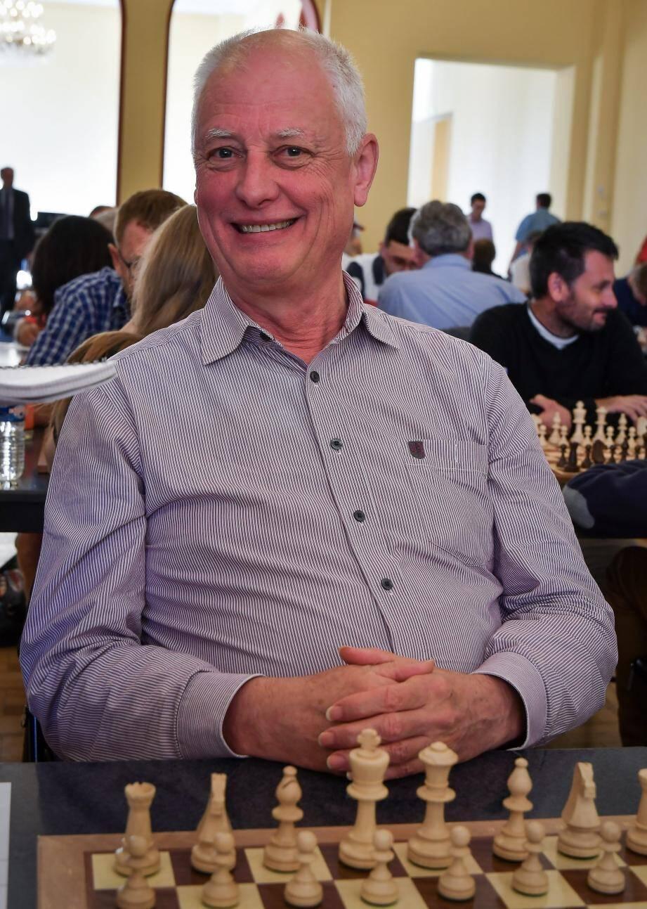 Après 46 ans de pratique, ce grand-père belge enseigne désormais les échecs en club.