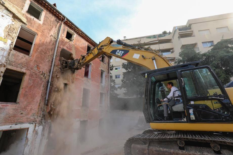 La fameuse verrue du 18 avenue du Petit Juas va être réduite en poussières au profit d'un jardin. Et le maire a ouvert la voie...