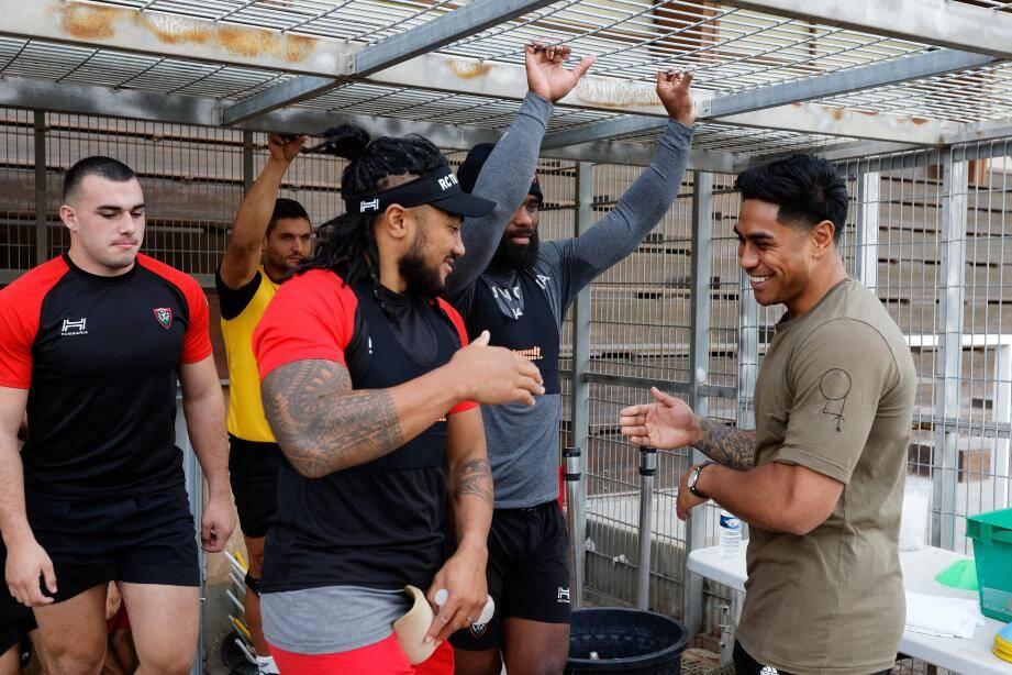 Quand Ma'a Nonu retrouve son ancien partenaire All-Black Malakai Fekitoa au centre d'entraînement de Berg...