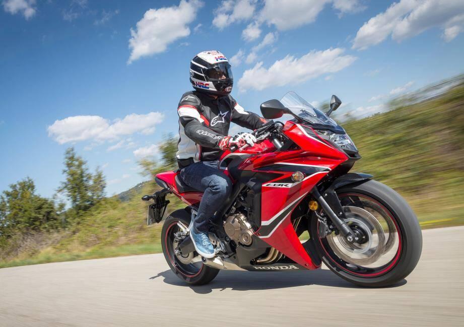 Avec son profil dynamique et ses lignes tendues, la CBR 650 F est plutôt attrayante dans cette livrée rouge.