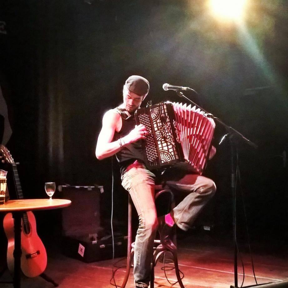 Omar et son accordéon pour une soirée festive sur fond de chanson française.