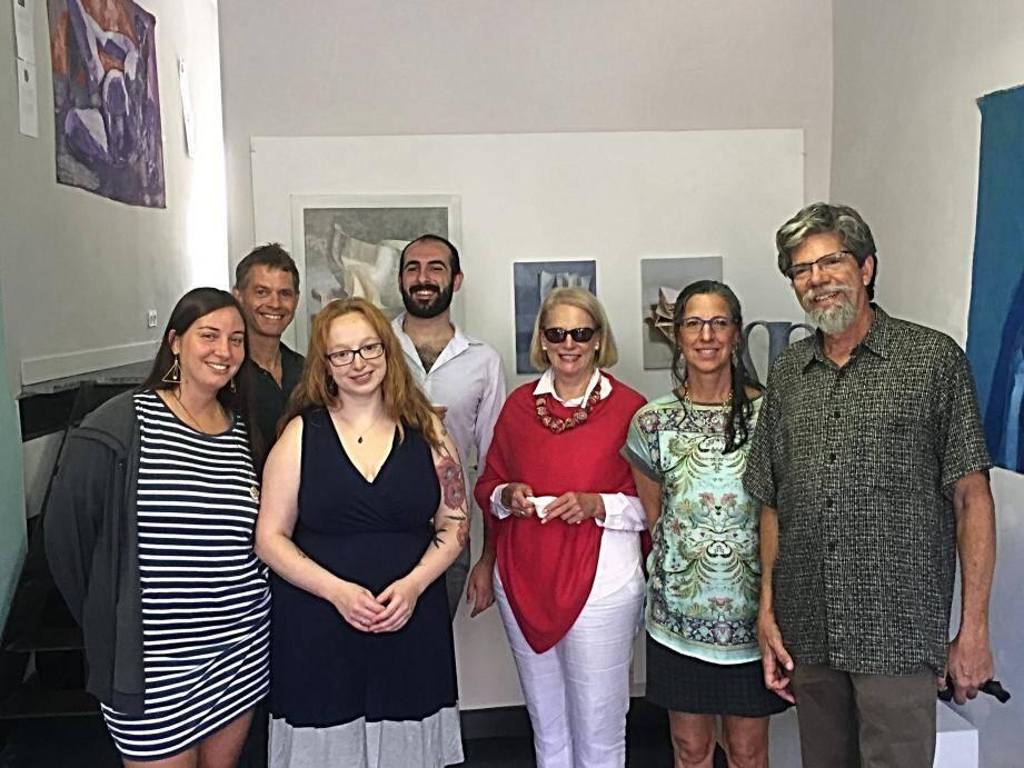 Les six artistes réunis autour de Dale Dorosh.